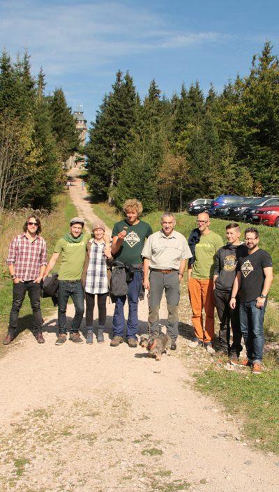 Teamfoto - Plant Trees - Rohholz Baumpflanzaktion